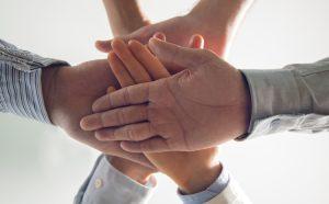 """<a href=""""http://br.freepik.com/fotos-gratis/close-up-das-maos-empilhadas-de-equipe-de-negocios_992730.htm"""">Projetado pelo Freepik</a>"""